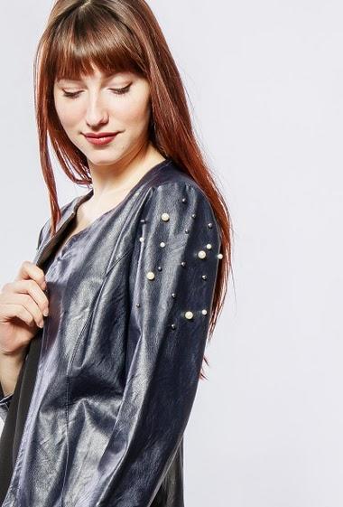 Veste ouverte sans col, épaules ornées de perles, coupe droite. La mannequin mesure 174cm, TU correspond à 38-40