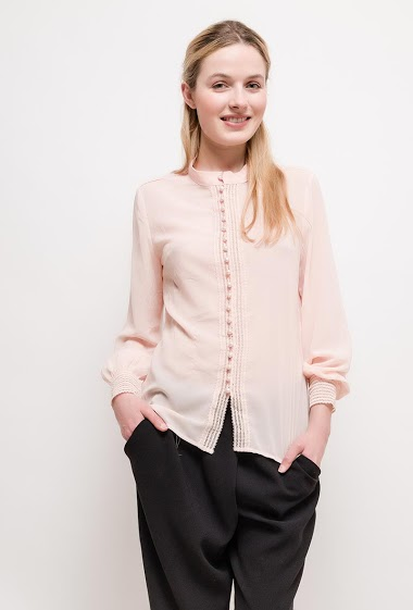 Shirt with button pearls, lace detail. The model measures 174cm and wears S. Length:65cm