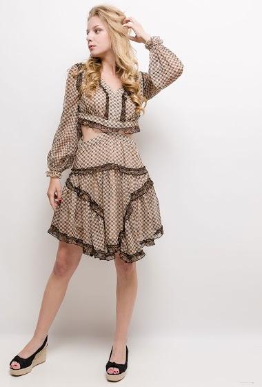 Robe imprimée, manches longues, dos nu, volants. La mannequin mesure 170cm et porte du S. Longueur:115cm
