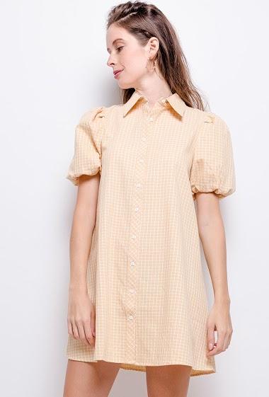 Robe chemise à manches bouffantes. La mannequin mesure 177cm