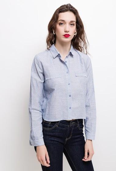 Chemise avec boutons décoratifs sur les côtés. La mannequin mesure 177cm et porte du M/38. Longueur:55cm(dos)