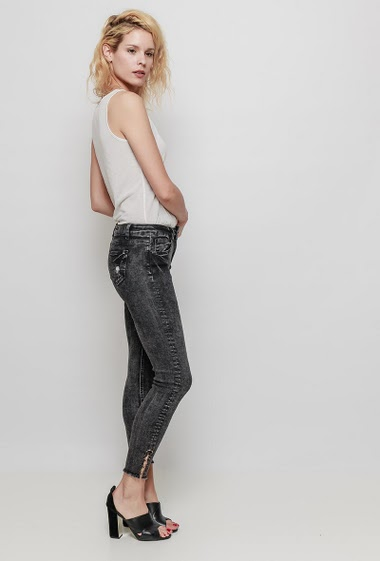 Faded jeans, ankles with rings, raw edges, skinny fit. The mannequin measures 177 cm and wears 38