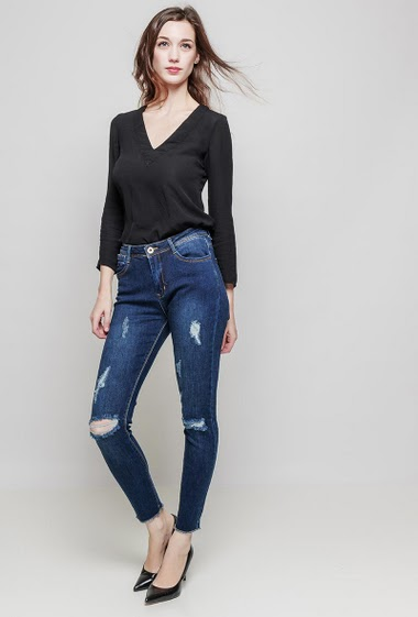 Ripped jeans. The model measures 177 cm and wears 36/S