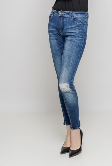 Faded jeans. The model measures 177 cm and wears 36/S