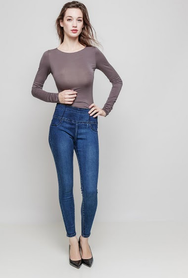 Skinny jeans. The model measures 177 cm and wears 36/S