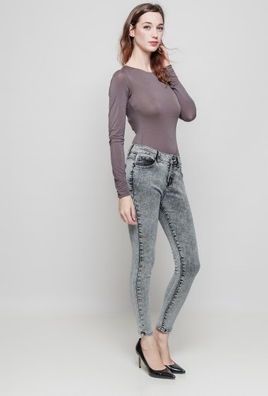 Jean skinny. La mannequin mesure 177 cm et porte du 36/S