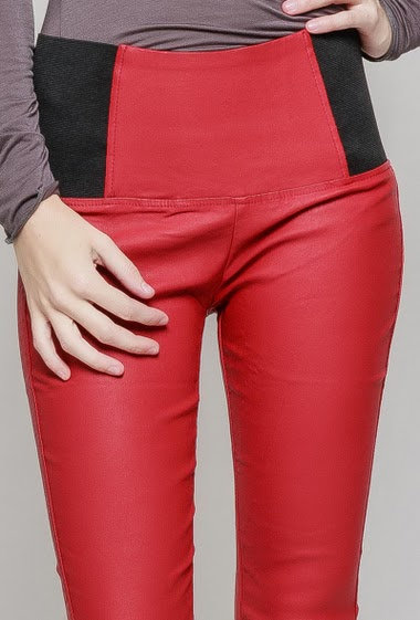 Leatherette leggings. The model measures 177 cm and wears 36/S