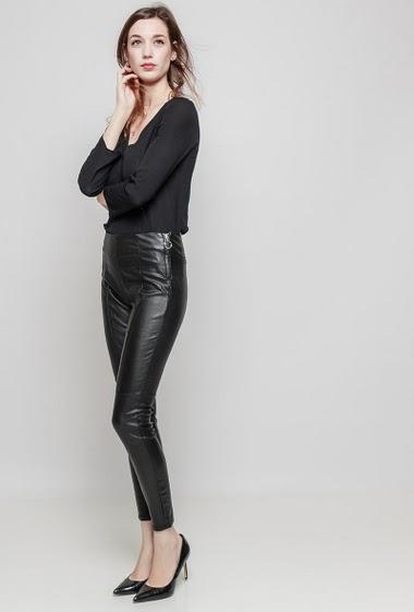 Legging en similicuir. La mannequin mesure 177 cm et porte du 36/S