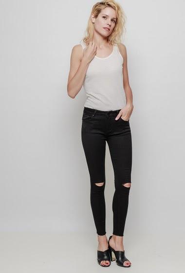 Pantalon avec genoux déchirés et ornés de clous, coupe skinny.