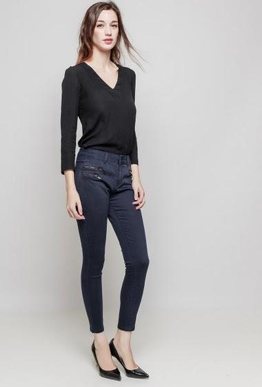 Pantalon basique. La mannequin mesure 177 cm et porte du 36/S