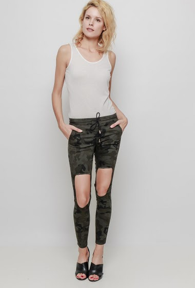 Pants with military print, rips, elastic waist, skinny fit. The mannequin measures 177 cm and wears 38