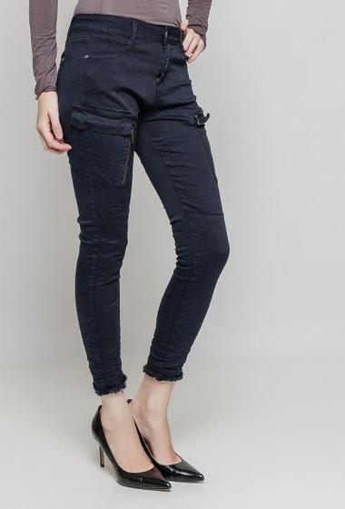 Pantalon cargo. La mannequin mesure 177 cm et porte du 36/S