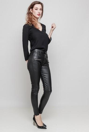 Pantalon effet cuir. La mannequin mesure 177 cm et porte du 36/S