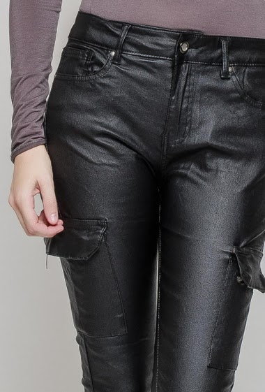 Fake leather pants. The model measures 177 cm and wears 36/S
