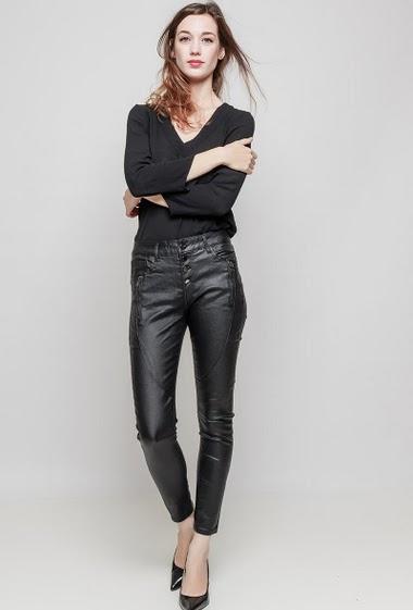 Pantalon en similicuir. La mannequin mesure 177 cm et porte du 36/S