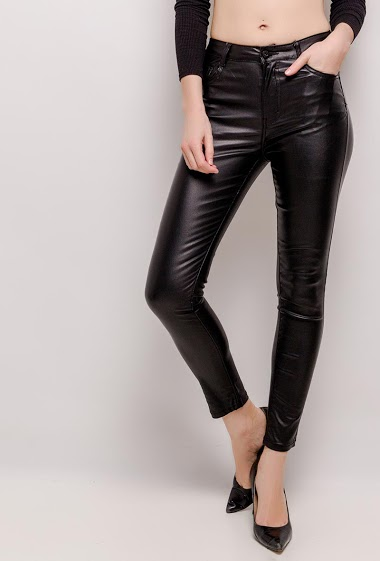 The model measures 177cm and wears M/10(UK) 38(FR)