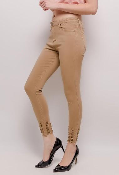 Pantalon avec chevilles déchirées. La mannequin mesure 177cm et porte du M/38