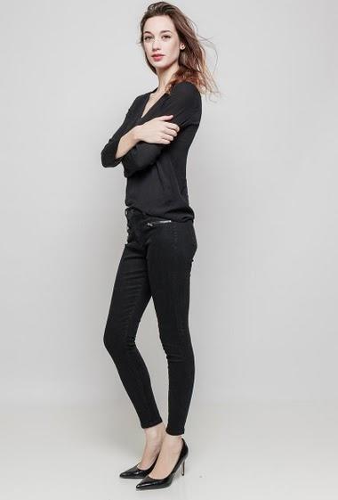 Pantalon skinny. La mannequin mesure 177 cm et porte du 36/S