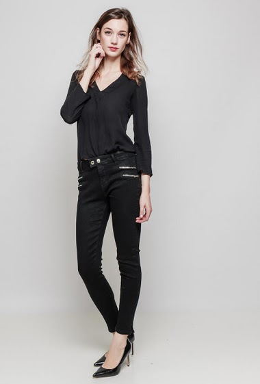 Slim pants. The model measures 177 cm and wears 36/S
