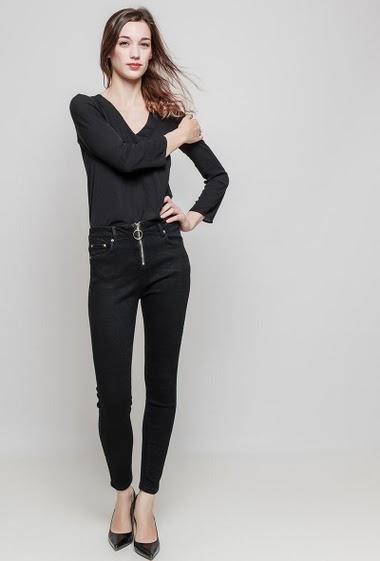 Pantalon zippé. La mannequin mesure 177 cm et porte du 36/S