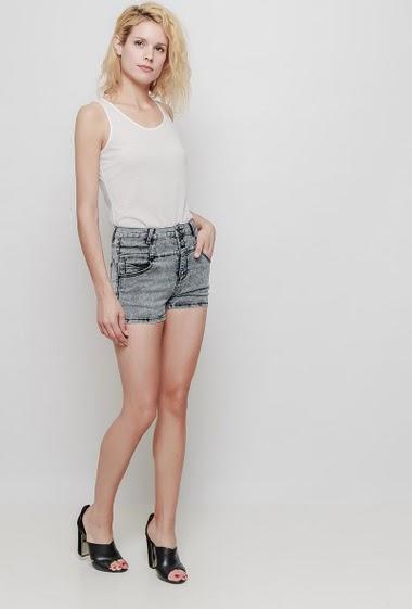 Short gris délavé, poches. La mannequin mesure 177 cm et porte du 38