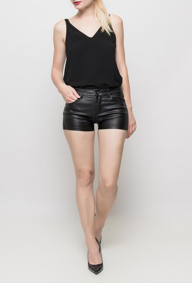 Shorts in imitation leather, pockets, stretch fabric