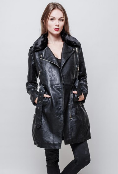 Long coat in imitation leather. Fur collar. Zipped closing with a belt. The model measures 177 cm and wears S.