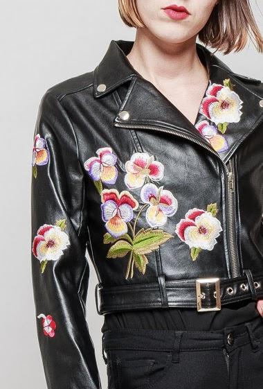 Fake leather jacket, embroidered flowers, belt, zip closure, biker style. The mannequin measures 172 cm and wears S