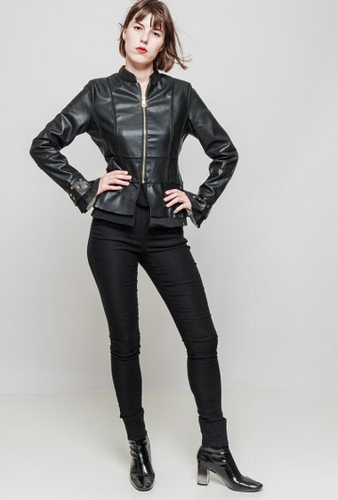 Fake leather jacket, zip closure, flared sleeves decorated with eyelets. The mannequin measures 172 cm and wears S