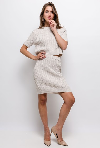 Short sleeve sweater and skirt. The model measures 170cm, one size corresponds to 10/12(UK) 38/40(FR)