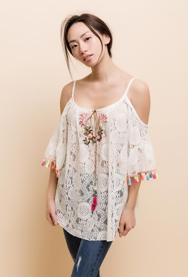 Cold shoulder top with embroideries and tassels. The model measures 170cm, one size corresponds to 8/10/12(UK) 36/38/40(FR). Length:70cm