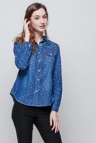 Denim shirt with printed stars, roll-up sleeves, classic fit. The model measures 177 cm and wears S
