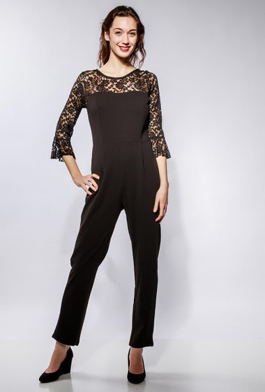 Jumpsuit with lace sleeves, adjusted pants. The model measures 177cm and wears M