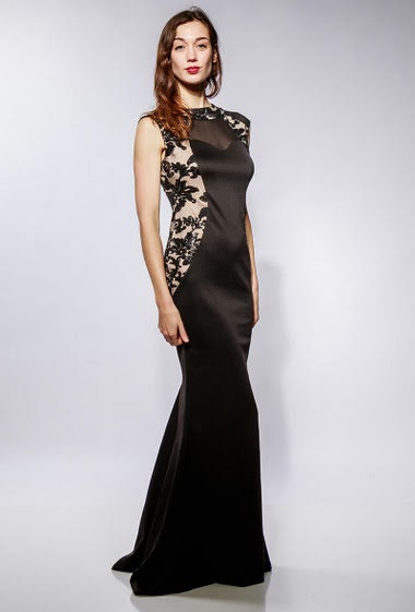 Long dress with embroidered sequins. The model measures 177cm and wears M
