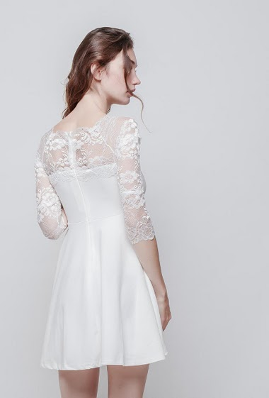 Feminine dress with lace yoke, transparent 3/4 sleeves, flared fit, zip closure, stretch fabric. The model measures 177 cm and wears  M