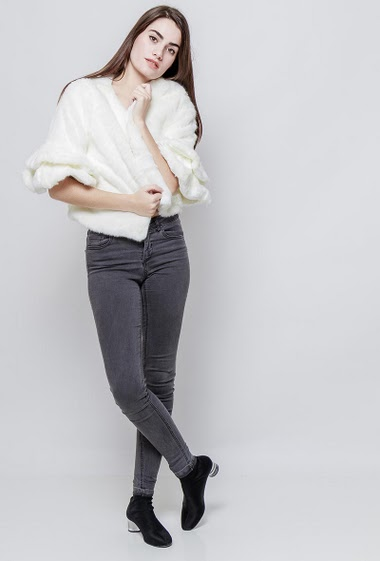 Cropped jacket in fur, press stud closure. The model measures 172cm and wears S/M