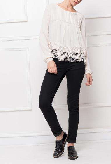 Blouse with buttoned collar, border in lace