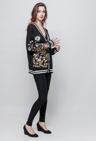 Loose knitted cardigan, embroidered flowers, casual fit. The model measures 177 cm, one size corresponds to 38/40