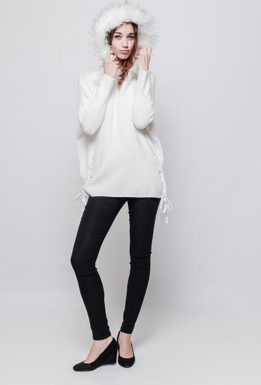 Soft knitted sweater, hood decorated with fur, lace-up side, loose fit. The model measures 177 cm and wears S/M