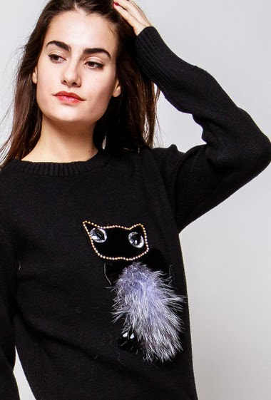 Long sweater, cat in fur, diamonds, casual fit. The model measures 172cm and wears S/M