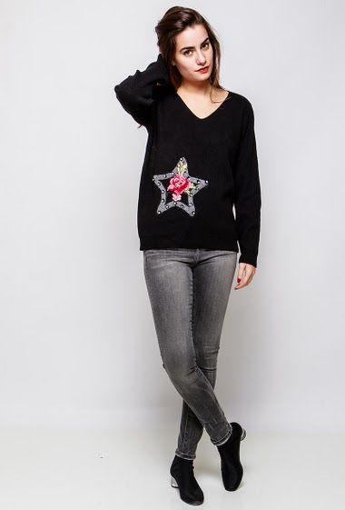 Knitted sweater, star and embroidered  flowers, strass. The model measures 172cm and wears S/M