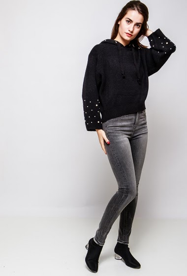 Knitted sweater decorated with pearls, regular fit. The model measures 172cm and wears S/M
