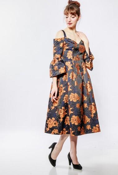 Robe midi avec fleurs oranges, épaules dénudées.
