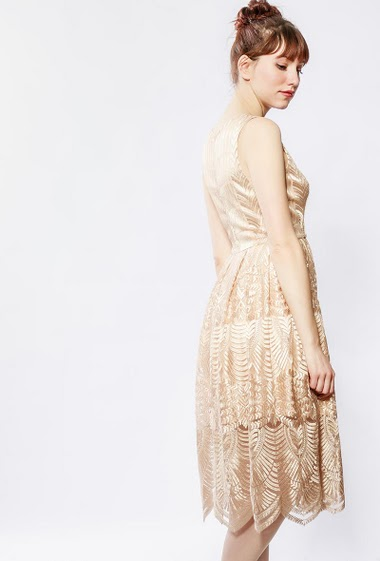 Flared sleeveless dress, embroidered lace, zip closure. The model measures 174cm and wears S