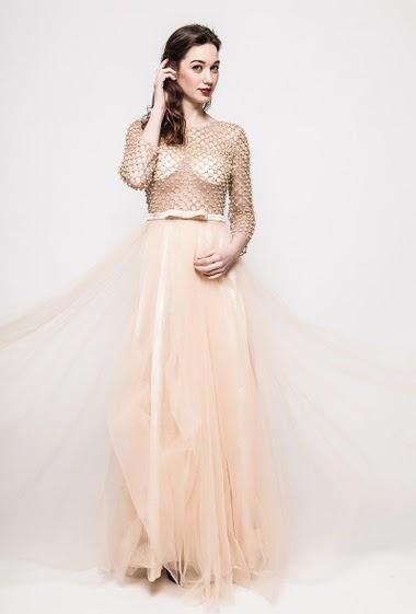 Robe en tulle, perles, manches 3/4. La mannequin mesure 177cm et porte du S. Longueur:160cm