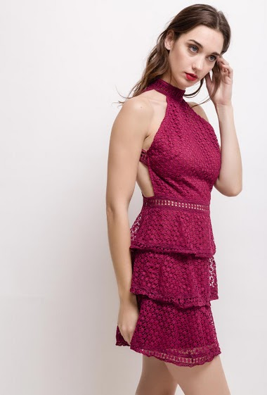 Sleeveless lace dress. The model measures 177cm and wears S. Length:90cm
