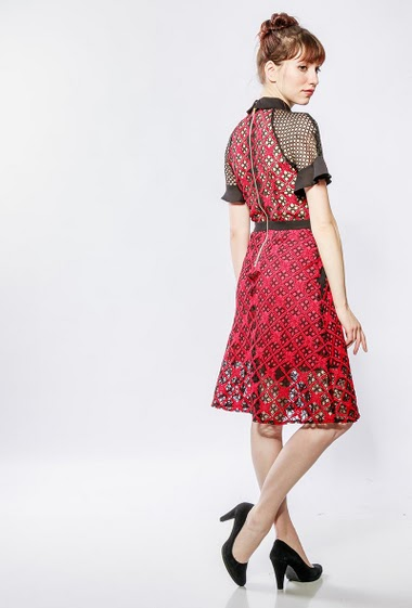 Midi lace dress, short sleeves with ruffle border, zip closure, adjusted fit. The model measures 174cm and wears S