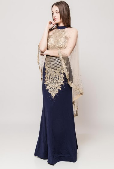 Maxi dress decorated with tulle, decorative strass. The model measures 175cm and wears S