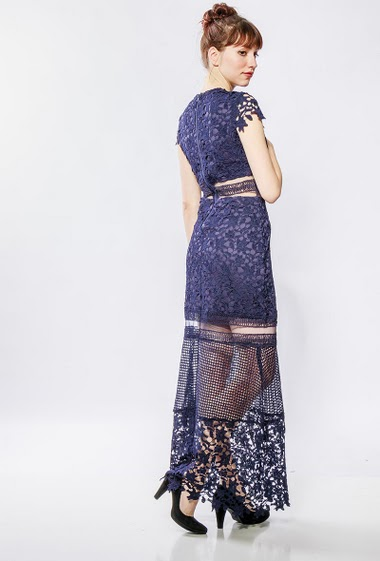 Long dress in lace, transparent waist, short sleeves. The model measures 174cm and wears S