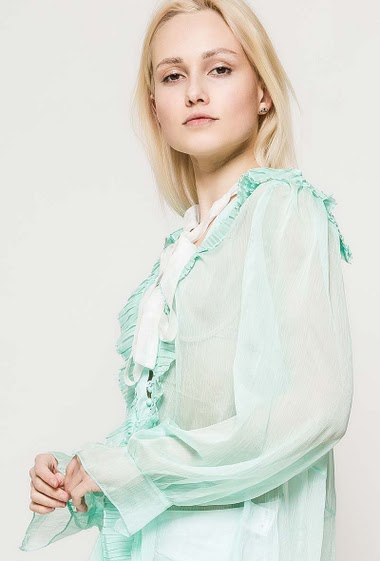Blouse with long sleeves, pleated ruffles. The model measures 172cm and wears S/M. Length:70cm